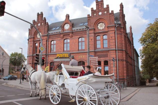 Grand Postel Hochzeitspaar in Kutsche